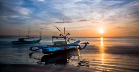 Matahari terbit merupakan salah satu waktu favorit untuk para fotografer untuk mendapatkan cahaya yang lembut dan warna langit yang dramatis. Foto diambil di pantai Ujung Genteng (Enche Tjin)