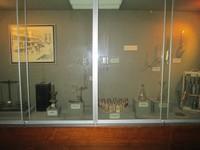 Alat-alat laboratorium, stetoskop klasik, timbangan dan pengukur klasik