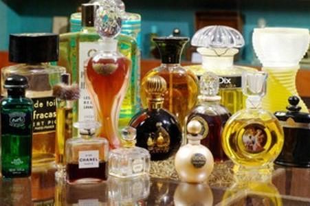 Sebagian kecil dari koleksi parfum (osmotheque.fr)