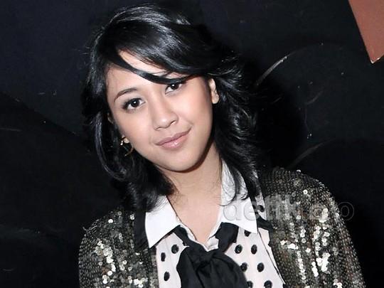 Sherina Tampil Bling Bling