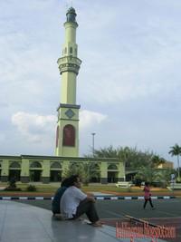 bersantai dengan latar menara masjid