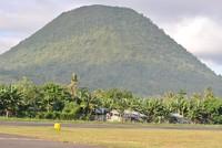 Bukit di sisi landasan