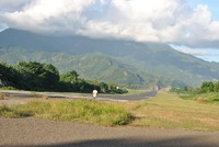 Gunung di ujung runway