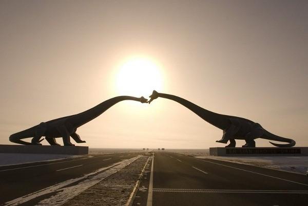 Ini dia patung dinosaurus brontosaurus yang berciuman di Dinosaur City Erenhot (amusingplanet.com)