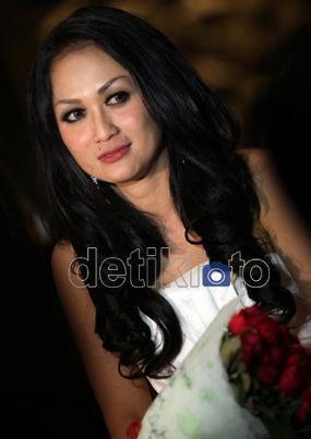 Sisca Dewi & Gosip Menikah dengan Adjie Pangestu Hingga Pejabat