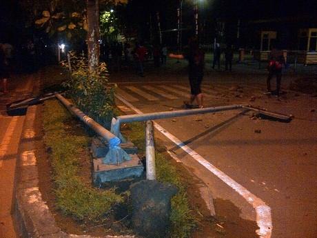 Demo Hingga Tengah Malam, Mahasiswa Bentrok dengan Polisi