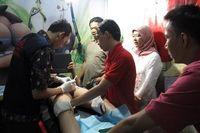 Dr Tio dan asistennya sedang memberikan tindakan. Sambil 'menggambar' dokter muda ini mengajak pasiennya berbincang-bincang untuk melakukan pendekatan.