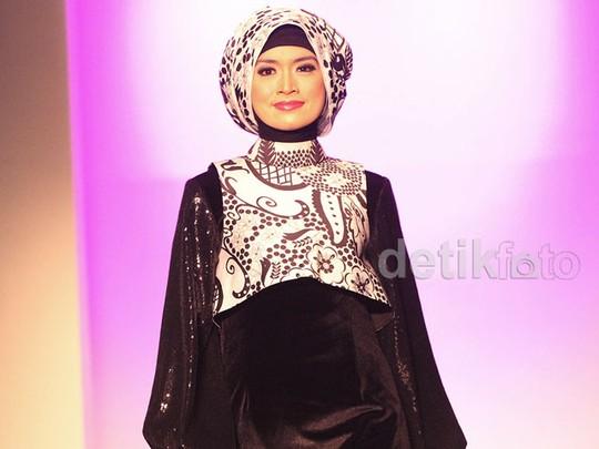 Pakai Jilbab, Yulia Rachman Eksis di Catwalk