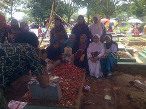 Cerita Tukang Foto Keliling Mengais Rezeki di Makam Uje