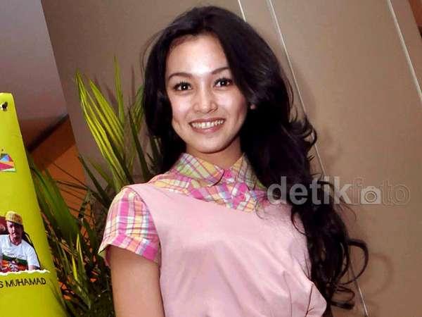 Manisnya Senyuman Tya Arifin