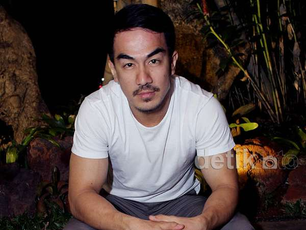 Bergaya Casual, Joe Taslim Makin Cool