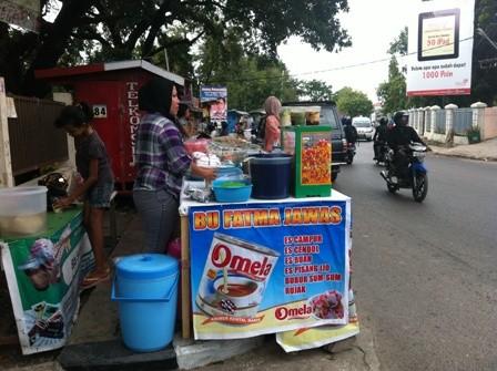 Penjual Takjil di Depan Bank Mandiri