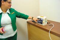 Selain robotic surgery, Fortis Colorectal Hospital juga memiliki berbagai fasilitas yang lengkap dan modern. Misalnya untuk ruang perawatan bedah, disediakan ranjang yang dilengkapi alat kecil dengan kegunaan lengkap seperti memantau denyut jantung, pernapasan, dan tanda-tanda vital tubuh lainnya.  (Foto: Agus/detikHealth)