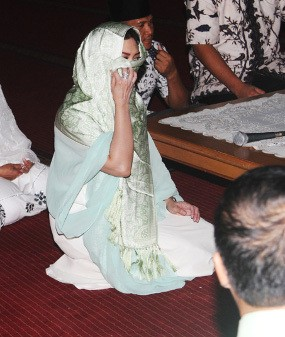 Bella Saphira Masuk Islam Ditemani Calon Suami?