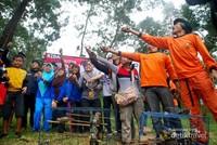 Melepaskan bersama 100 burung Kutilang dan Cucak Jawa.