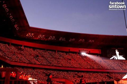 Suasana Konser TVXQ di Nissan Stadium (SM Ent.)