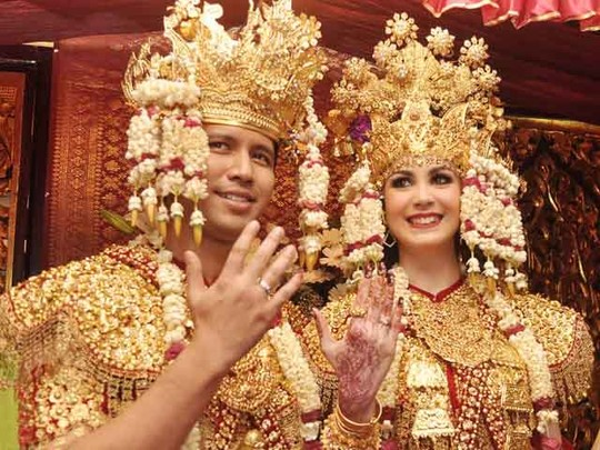 Arumi Bachsin dan Emil Dardak Resmi Menikah