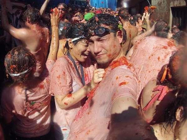 Titi dan Tian Seru-seruan di Festival La Tomatina Spanyol
