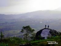 Menatap indahnya Gunung Gamping di kelilingi bukit.