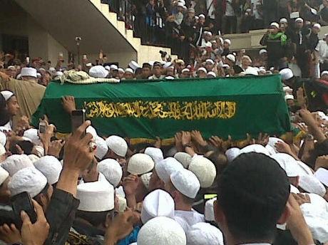 Ribuan Jemaah Masih Setia Berdoa di Depan Makam Habib Munzir