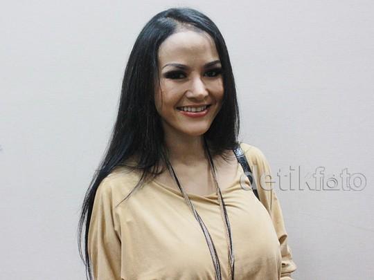 Cynthiara Alona, Si Seksi yang Suka Kebut-kebutan