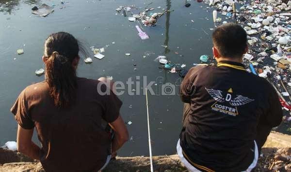Lurah di Jakut akan Jepret lalu Pajang Foto Warga Pembuang Sampah di Kali