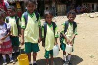 Letak mata air sangat jauh dan belum cukup dikembangkan oleh masyarakat sekitar, sehingga tidak ada aliran air bersih ke dalam rumah. Penduduk, terutama anak-anak harus mengambil dari mata air yang berjarak beberapa kilometer untuk keperluan air bersih di rumah maupun sekolah. (Foto: Merry/detikHealth)