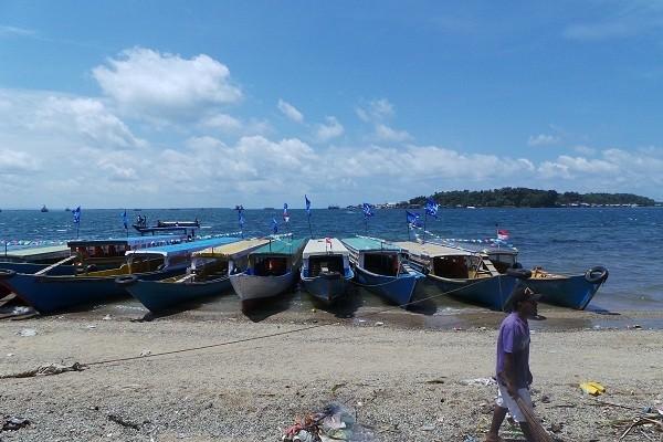 Kapal-kapal yang bersandari di pinggir pantai Pulau Doom (Ropesta Sitorus/detikTravel)