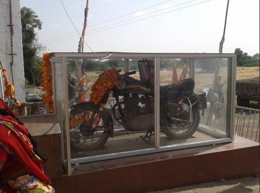 Motor 'keramat' yang kini jadi altar di Jodhpur, India (Atlas Obscura)