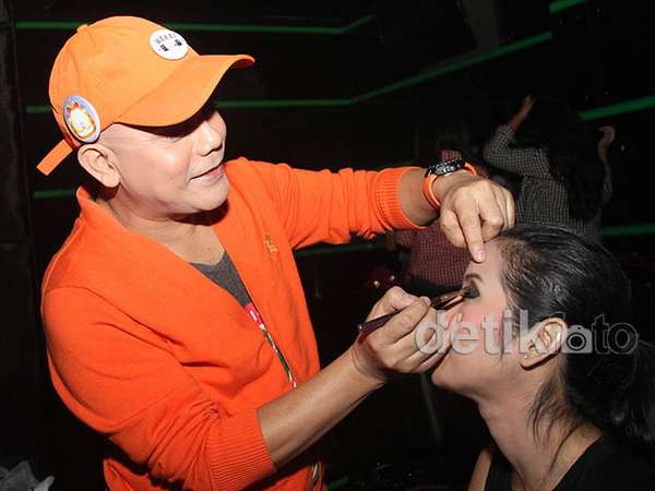 Ozy Syahputra Jadi Make-up Artist