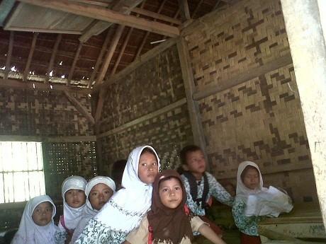 Madrasah \Terlantar\ di Pandeglang Dapat Bantuan Swasta