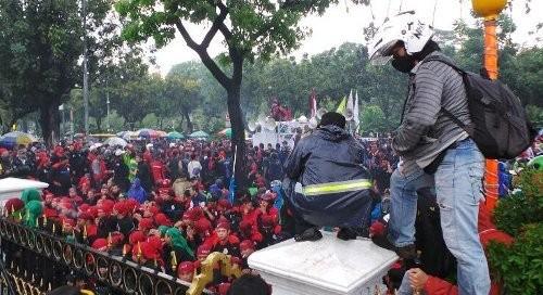 Buruh Berunjukrasa di Balaikota, Jalan Medan Merdeka Selatan Ditutup