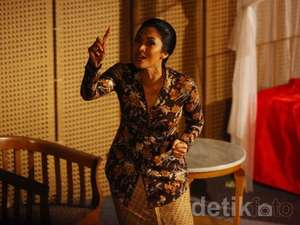 Happy Salma Berbusana Corak Bunga