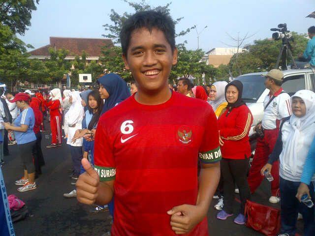 Foto: Ramdani yang Mendapat Kaos Evan Dimas