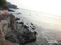 Tebing batuan di sisi bukit