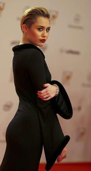 Wow, Miley Cyrus Tampil Tertutup