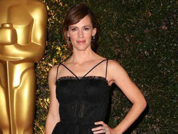 Dress Hitam Elegan ala Jennifer Garner