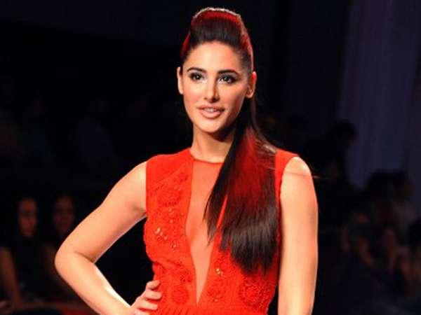 Pesona Aktris Bollywood Nargis Fakhri di Catwalk