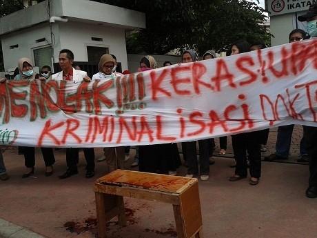 Minta dr Ayu Dibebaskan, Ratusan Dokter Demo di Kantor IDI Jakarta