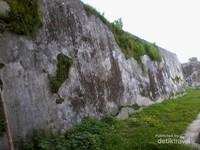 Tembok Benteng yang di tumbuhi lumut