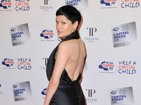 Jessie J Pamer Punggung di Red Carpet