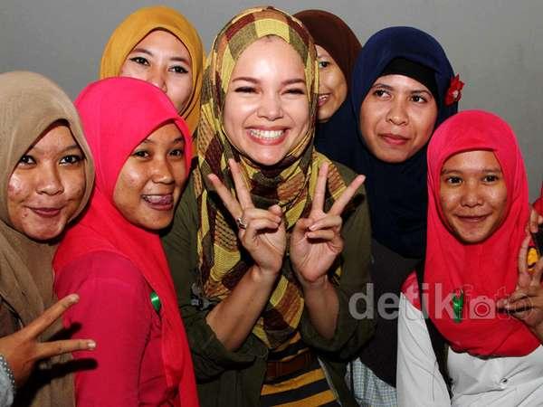 Serunya Dewi Sandra Nonton Film Bareng 200 Mahasiswa