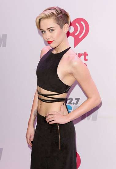 Miley Cyrus Pamer Perut di Jingle Ball 2013