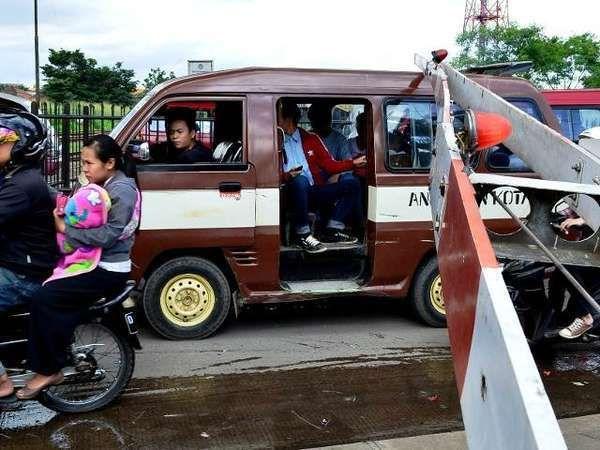 12 Jalan Tikus Di Jakarta Nyang Udeh: Kisah Jalur 'Tikus' Di Perlintasan Kereta Api Permata Hijau