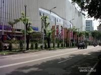 Mall Centre Point di depan Stasiun Kereta Api Bandara Kualanamu, sudah diisi berbagai macam toko seperti Hypermart dan ritel asal Malaysia yaitu Parkson, yang menjual produk-produk branded ternama.