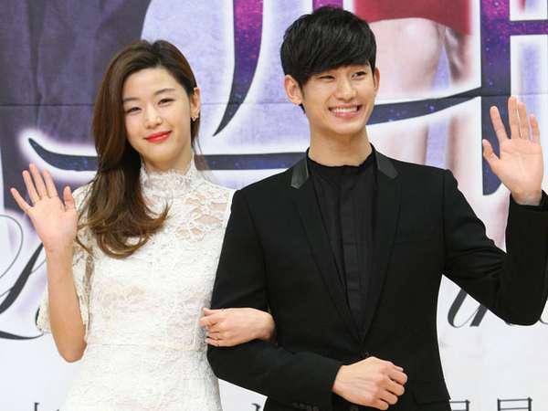 Kim Soo Hyun dan Jun Ji Hyun Tebar Senyuman