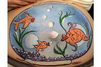 Perut hamil pun dilukis jadi aquarium. (Foto: Oddee)