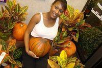 Seorang wanita hamil melukis perut besarnya dengan bentuk labu, yang membuatnya tampak seperti sedang buah khas Halloween. (Foto: Oddee)