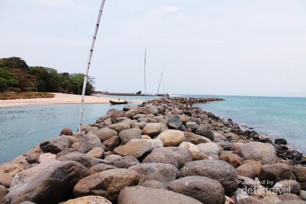 Romantisme jajaran batu membelah pantai