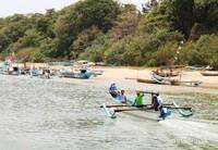 Menyapa nelayan yang hendak berlabuh